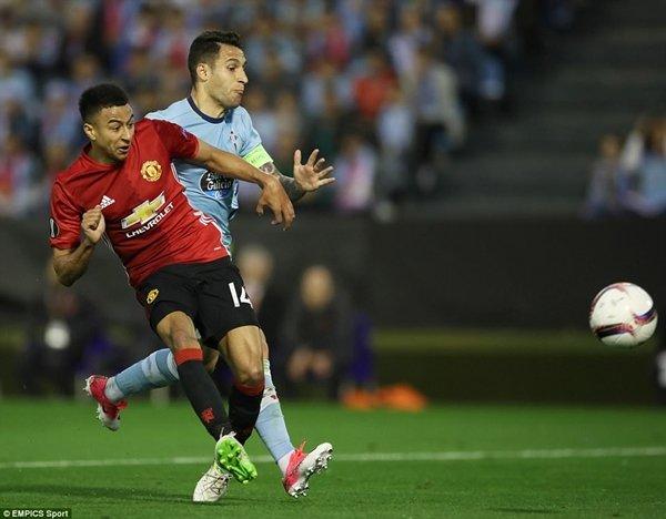 M.U (áo đỏ) nguy cơ lỗi hẹn với vòng bảng Champions League, kể cả trường hợp họ vô địch Europa League