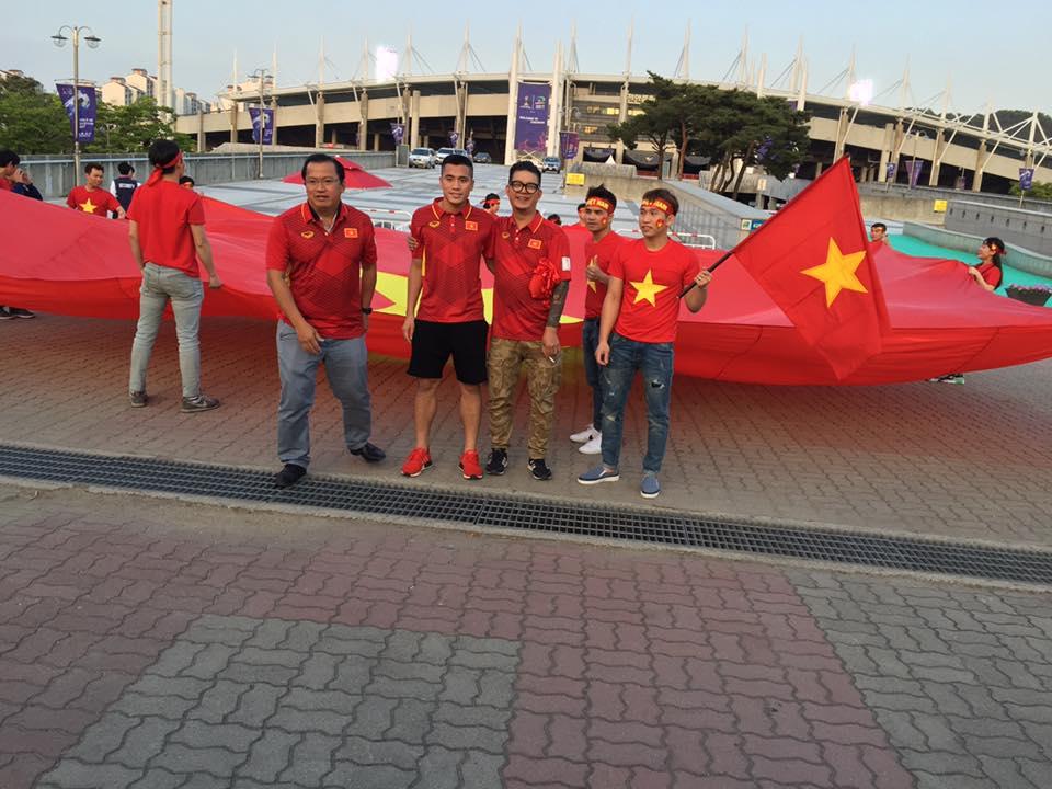 Lá cờ rộng 1000m2 được các CĐV Việt Nam mang sang Hàn Quốc.