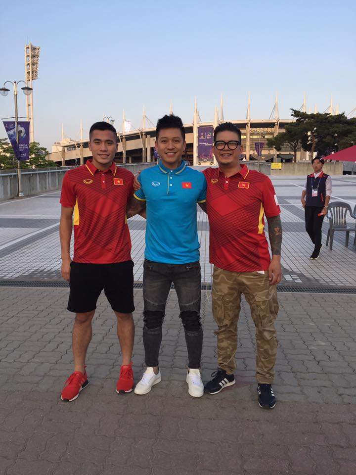 Tuấn Hưng chụp hình cùng cầu thủ Bùi Tiến Dụng và anh Nguyễn Đắc Văn - người theo sát U20 Việt Nam trong thời gian qua.