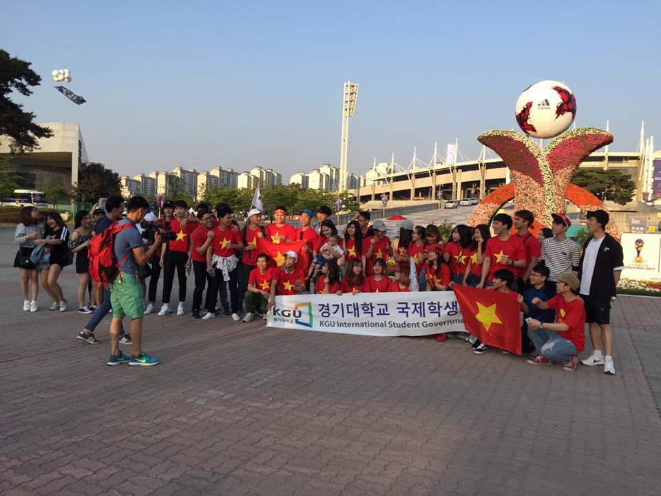 Các CĐV Việt Nam bên ngoài SVĐ Cheonan.
