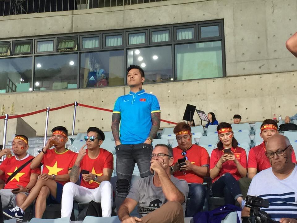 Tuấn Hưng cùng bạn bè dõi theo từng tình huống trên sân của U20 Việt Nam.