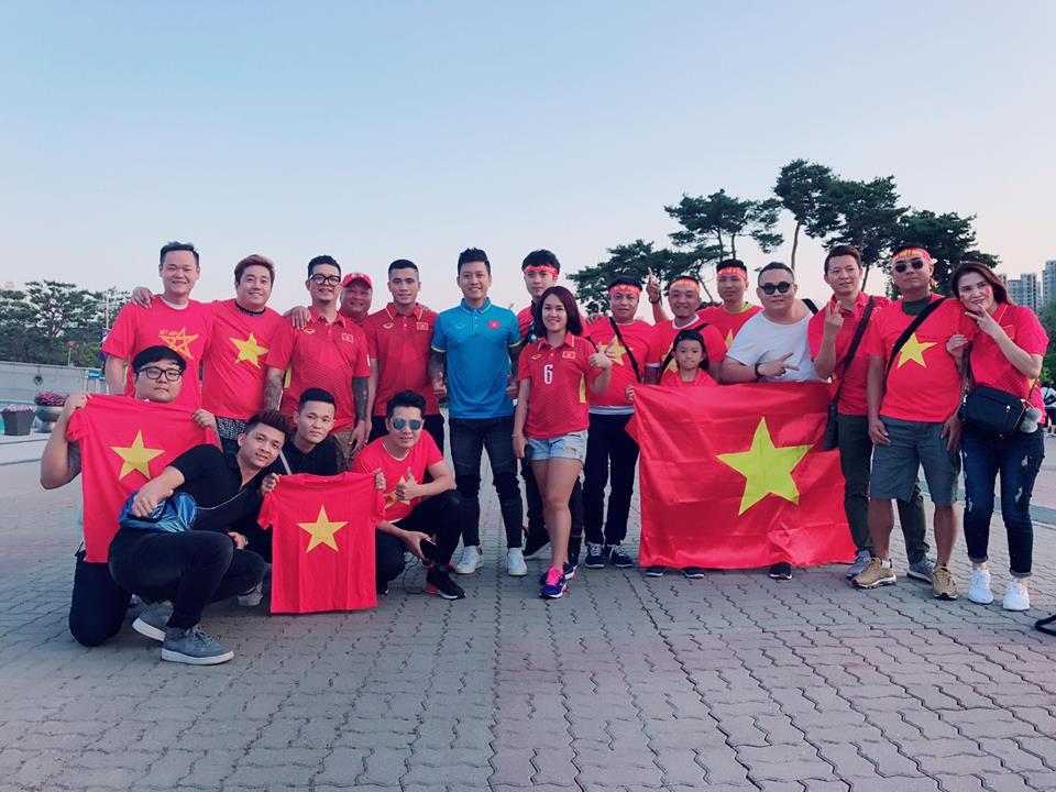 Ca sỹ Tuấn Hưng và CĐV Việt Nam có mặt tại SVĐ Cheonan để cổ vũ cho thầy trò Hoàng Anh Tuấn.