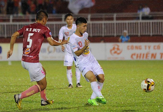 Công Phượng chính thức khoe tóc mới lạ mắt trong trận đấu ở Cup quốc gia giữa Sài Gòn và HAGL trên sân Thống Nhất.