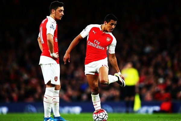 Arsenal khó giữ chân Mesut Ozil và Alexis Sanchez