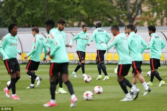 Các cầu thủ Bồ Đào Nha tập luyện trước trận gặp Chile