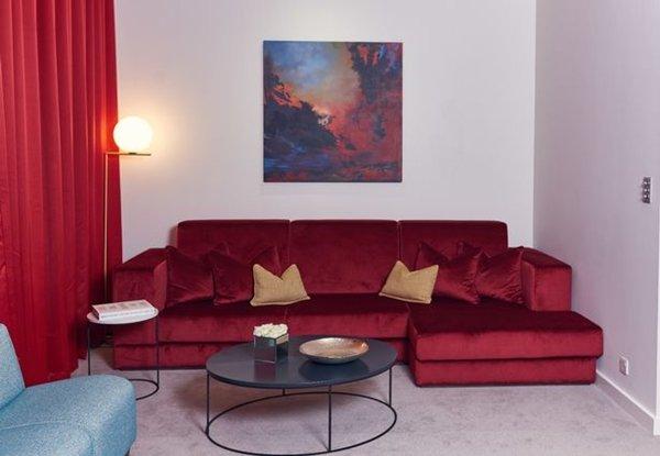 Lowry Hotel có phòng riêng bố trí ghế sofa