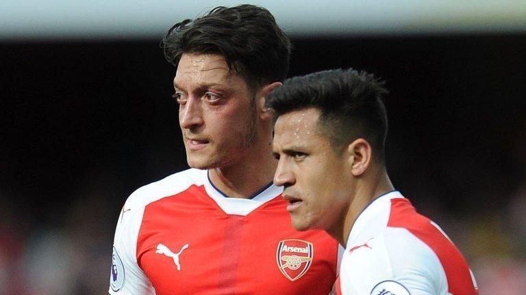 Arsenal cần giữ Ozil và Alexis