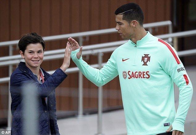 Ronaldo và một fan hâm mộ