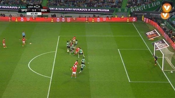 Lindelof ghi bàn cho Benfica vào lưới Sporting Lisbon từ tình huống đá phạt đẹp mắt