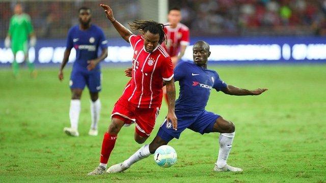 Sanches (trái) tranh bóng với Kante trong trận giao hữu giữa Bayern Munich và Chelsea tại Singapore vừa qua