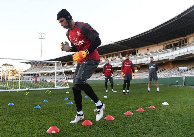 Cech khởi động trên sân tập