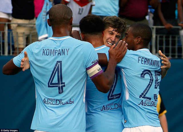 Các cầu thủ Man City ăn mừng bàn thắng mở tỉ số của Stones