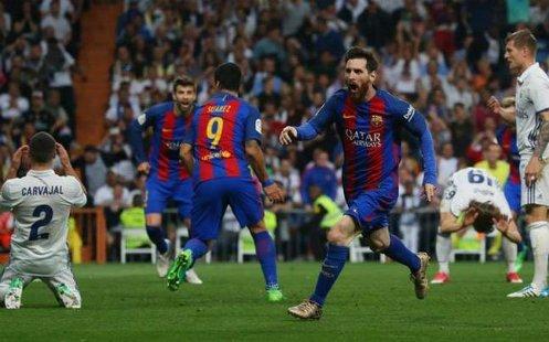 Messi ghi bàn trong trận El Classico gặp Real. Ảnh:Reuters.