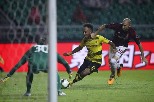 Aubameyang thường xuyên thắng các hậu vệ Milan trong những pha đua tốc độ.