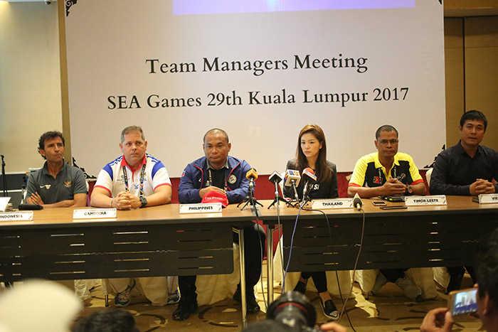 HLV Hữu Thắng và nữ trưởng đoànThái Lan cùng tuyên bố giành HCV SEA Games 29