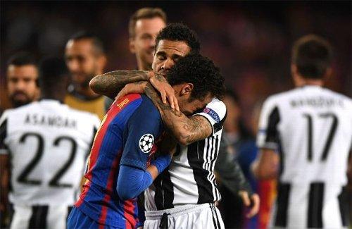 Neymar và Alves vốn rất thân nhau trong thời gian khoác áo Barca và tuyển Brazil.