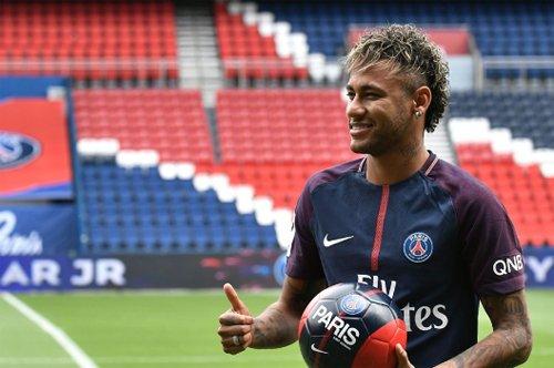 Neymar mới gia nhập PSG và trở thành cầu thủ đắt nhất thế giới.