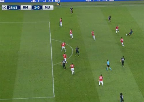 Casemiro đứng dưới hàng thủ Man Utd trong tình huống mở tỷ số.