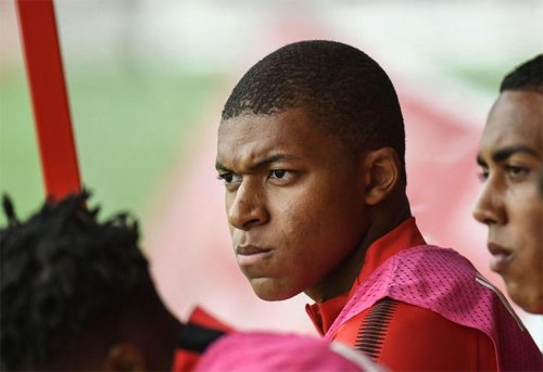 Mbappe (giữa) có thể sẽ là cầu thủ đắt giá thứ hai thế giới khi đầu quân cho PSG