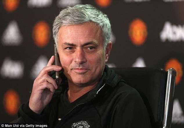 Mourinho bận rộn nghe điện thoại
