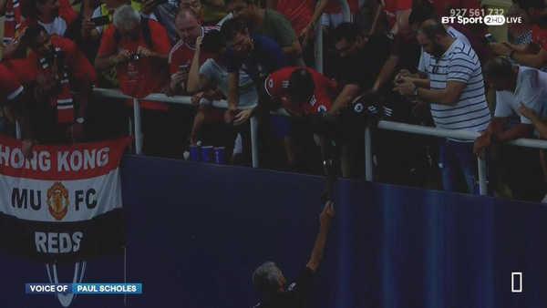 Mourinho tặng huy chương cho cổ động viên MU ngay trên sân