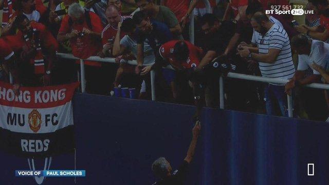 HLV Mourinho tặng huy chương cho CĐV MU