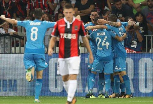 Napoli (áo xanh) thắng Nice trong cả hai lượt đấu