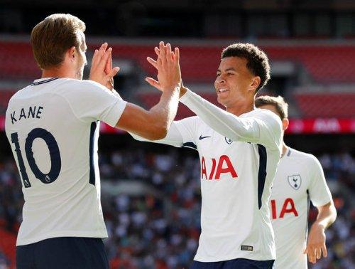 Harry Kane chia vui cùng đồng đội sau bàn mở tỷ số.