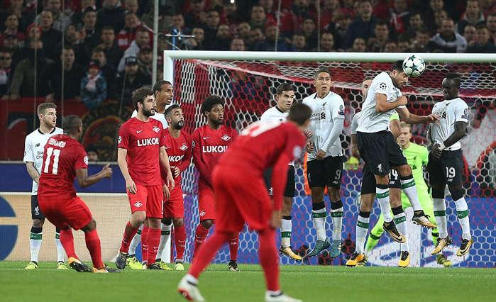Fernando sút phạt mở tỉ số cho đội chủ nhà