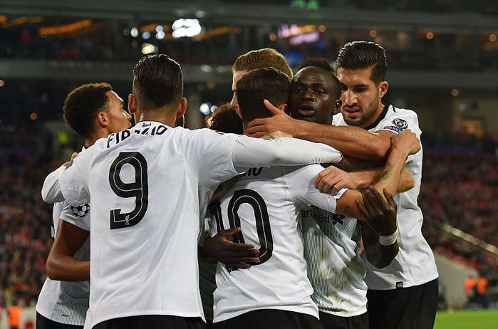 Các đồng đội chia vui với Coutinho