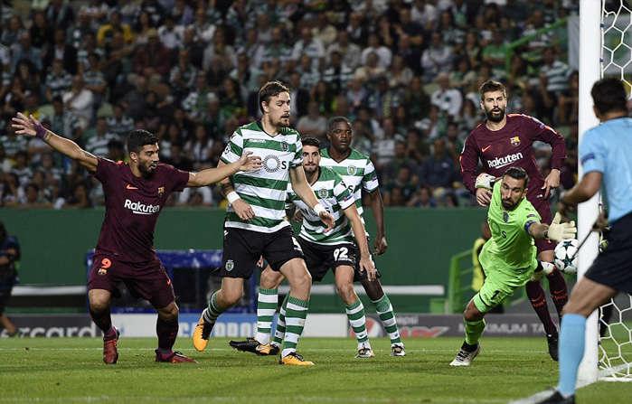 Barca may mắn có được bàn thắng nhờ pha phản lưới của Coates