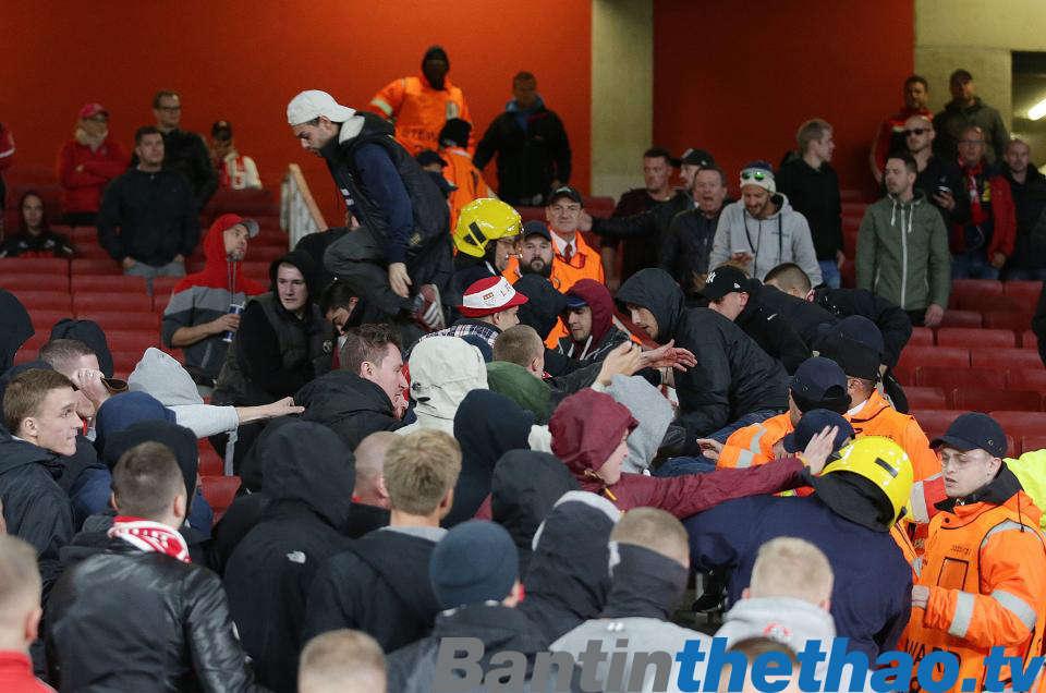 xô xát đã xảy ra giữa CĐV Cologne và CĐV Arsenal