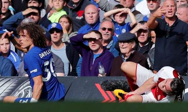 Tình huống phạm lỗi với Kolasinac dẫn tới thẻ đỏ của Luiz