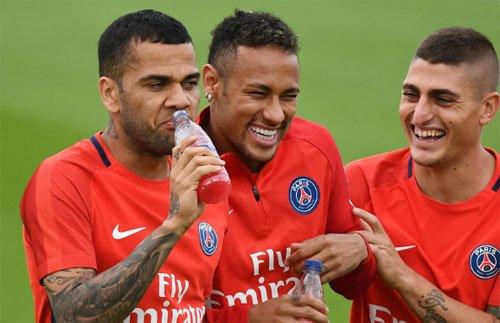 Alves (trái) phản ứng mạnh khi bị chỉ trích.