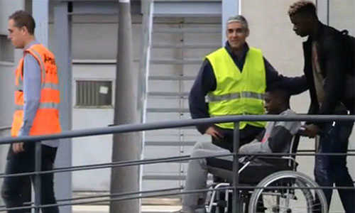 Dembele Dembele ngồi xe lăn di chuyển khi tới Phần Lan chuẩn bị phẫu thuật