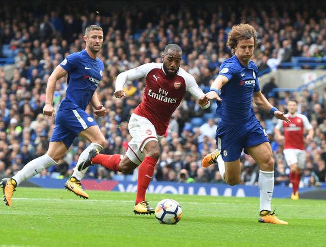 Lacazette (giữa) thi đấu rất tệ ở trận đấu này, ngoài việc bỏ lỡ cơ hội ghi bàn, anh còn thường xuyên chuyền sai