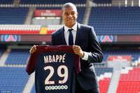 Ra mắt PSG, bom tấn Mbappe ôm thắm thiết Neymar