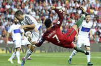 World Cup 2018: Ronaldo nguy cơ ngồi nhà xem TV lớn hơn Messi