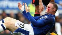 SỐC trước khuôn mặt của Rooney đầm đìa máu vì bị đánh cùi chỏ