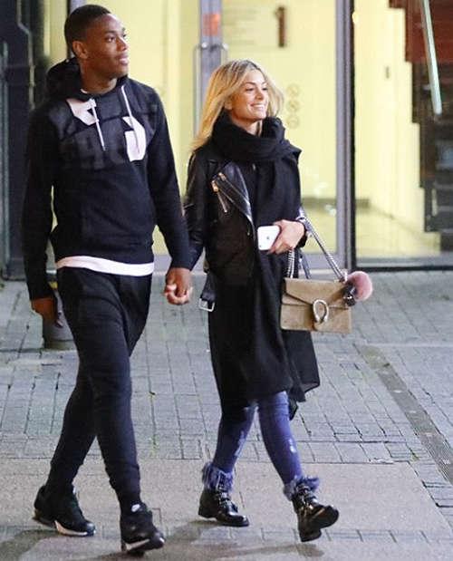 Martial và bạn gái Melanie Da Cruz. Tiền đạo người Pháp là người ghi bàn ấn định chiến thắng4-0 cho Man Utd ở trận đấu thuộc vòng năm Ngoại hạng Anh.