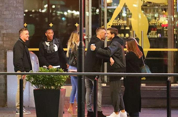 Hai cầu thủ của Man Utd hẹn gặp đồng đội cũ Schneiderlin tại trung tâm bowling All Star Lanes, Manchester.