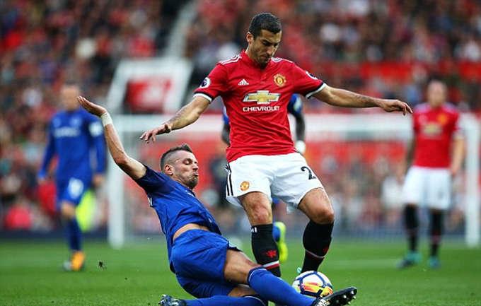 Trong trận đấu,Schneiderlin (áo xanh) thi đấu lăn xả suốt 90 phút nhưng không thể ngăn Man Utd giành chiến thắng đậm.