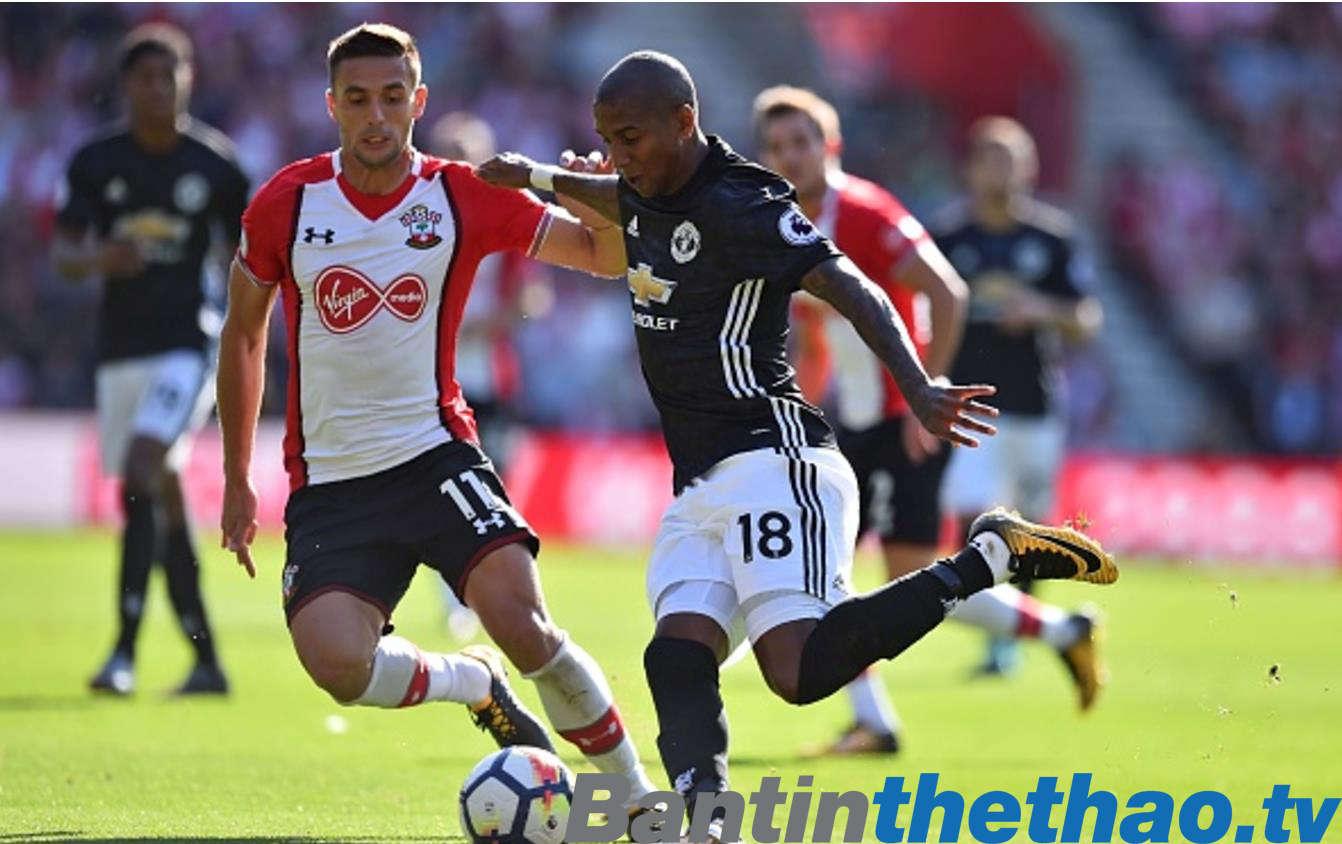 Ashley Young căng ngang cho Lukaku ghi bàn trong trận thắng 1-0 trước Southampton