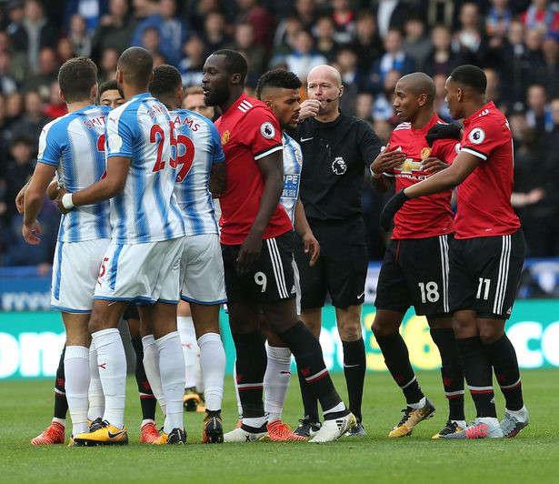 Huddersfield có trận đấu quyết liệt hơn hẳn MU