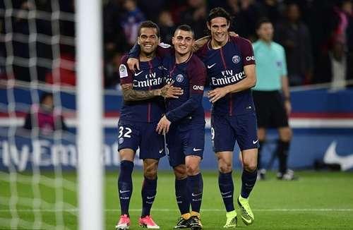 Cavani (phải) có bàn thứ 11 tại Ligue 1 mùa này