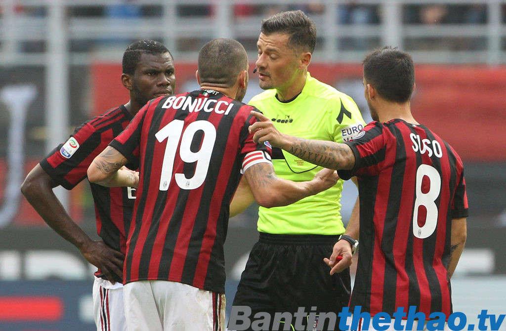 Bonucci phân trần với trọng tài rằng anh không cố ý làm đau Rosi trong trận đấu với Genoa