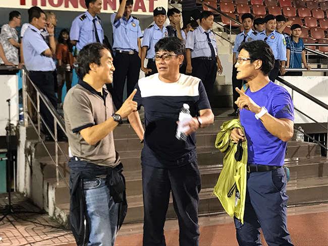 Trợ lý Lee Young Jin (trái) đã chú ý một số cầu thủ của CLB Sài Gòn