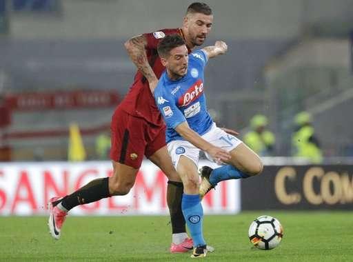 Mertens (phải) đang có phong độ thăng hoa trong màu áo Napoli