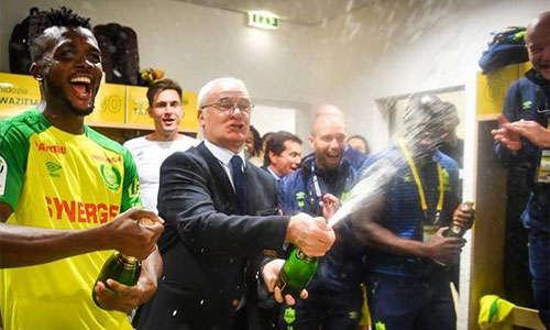 Ranieri cùng các học trò mới khui champagne mừng chiến thắng