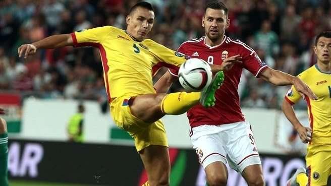 Romania (trái) khó gây bất ngờ trước Đan Mạch